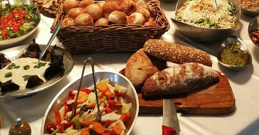 מזנון סלטים ולחמים באירוע קטן בבית פרטי – קייטרינג הד שף