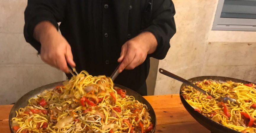 נודלס חם עם ירקות מתוך תפריט קייטרינג בשרי כשר לאירועים קטנים – הד שף